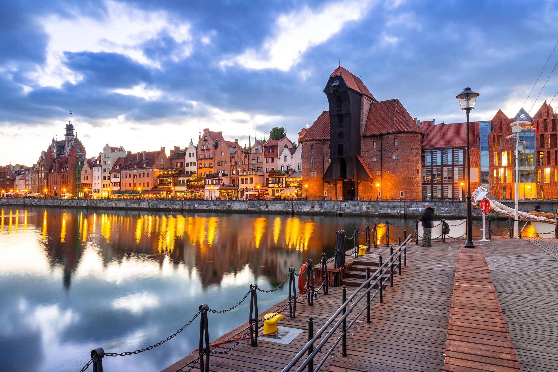 старый город гданьск с древним журавлем в сумерках, польша, лучшие места для посещения в европе