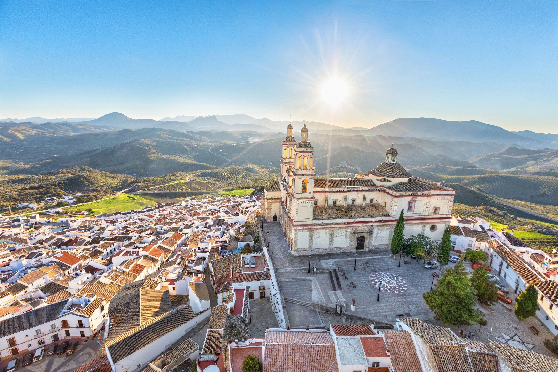 вид с воздуха на город Ольвера с церковью воплощенной Богородицы, кадисское повинце, андалусия, испания, лучшие места для посещения в европе
