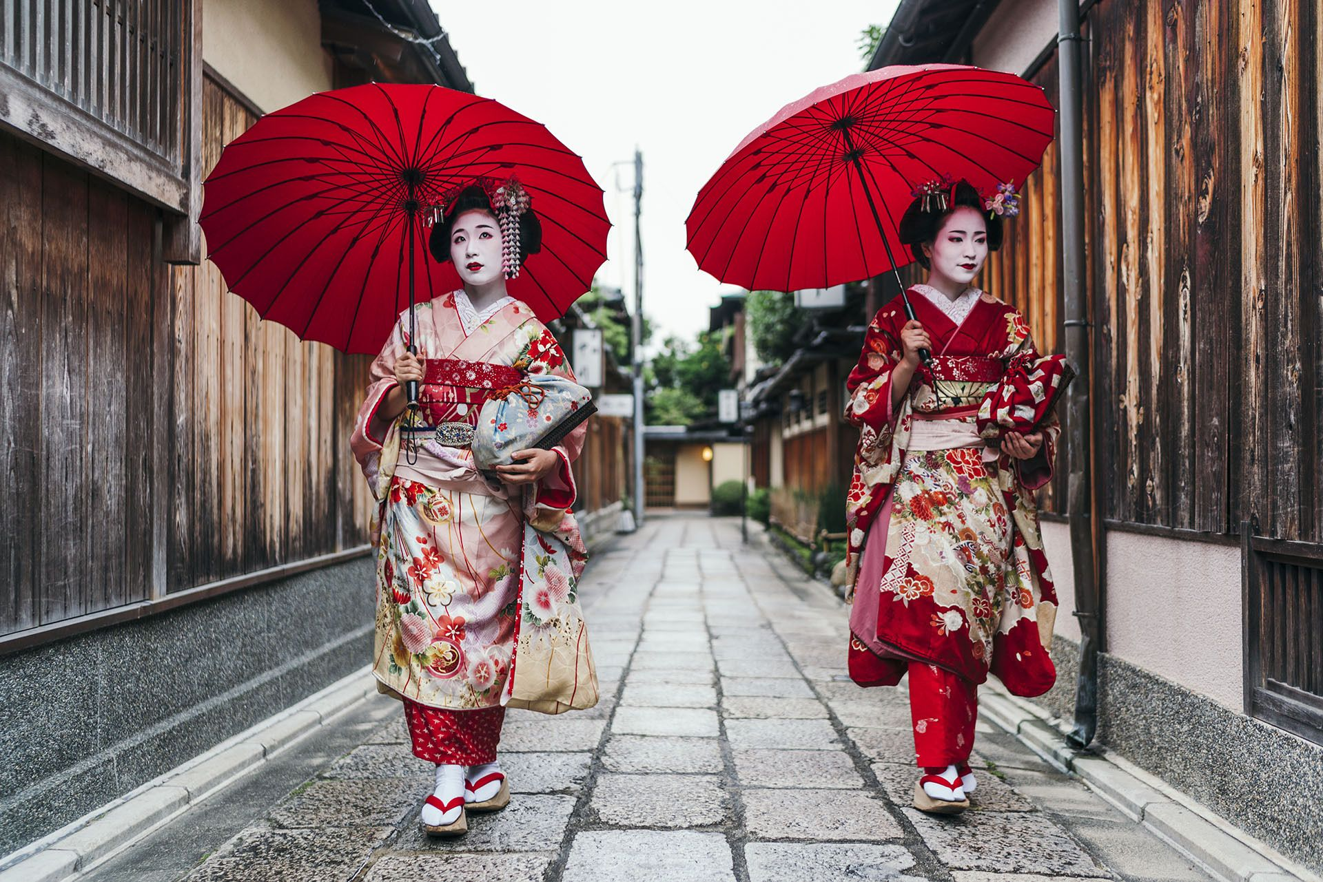 hai geisha-đi-trong-Nhật-bản-xuống-một-ngõ-hẹp
