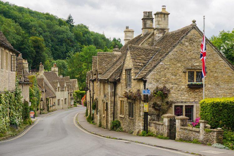 Castle Combe village in Cotswolds, UK © Alxcrs/Shutterstock