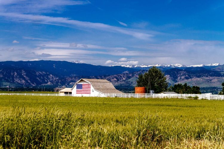 barn-american-flag-usa-shutterstock_200424470