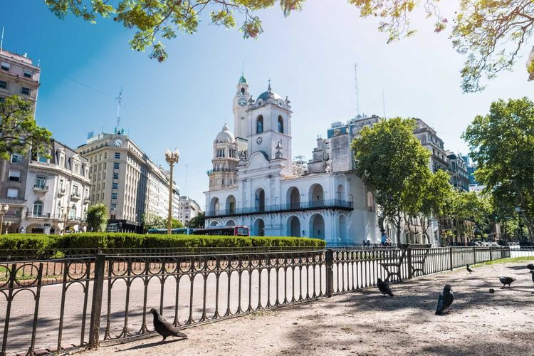 buenos-aires-plaza-mayo-shutterstock_1016338141
