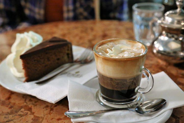 coffee-cake-cafe-vienna-austria-shutterstock_580274347