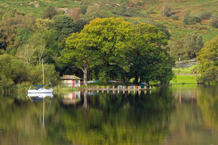 The southern end of Coniston Water on a tranquil early autumn morning in the Lake District, Cumbria © chrisatpps/Shutterstock