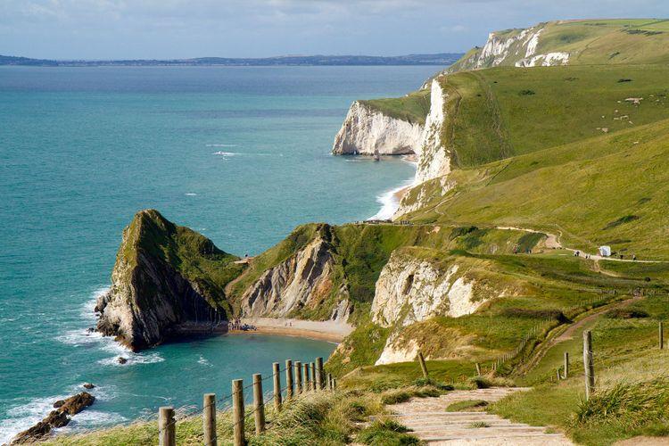 Dorset coastline looking towards Durdle Door © Charlesy/Shutterstock