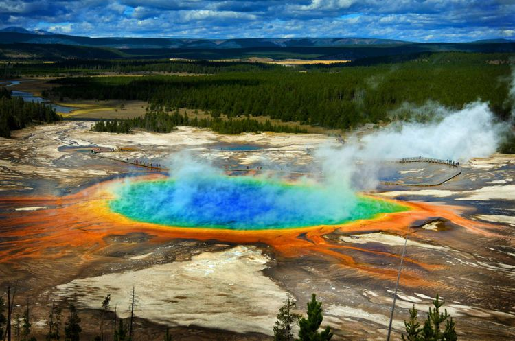 Grand Prismatic pool spring in Yellowstone National Park © Lane V. Erickson/Shutterstock