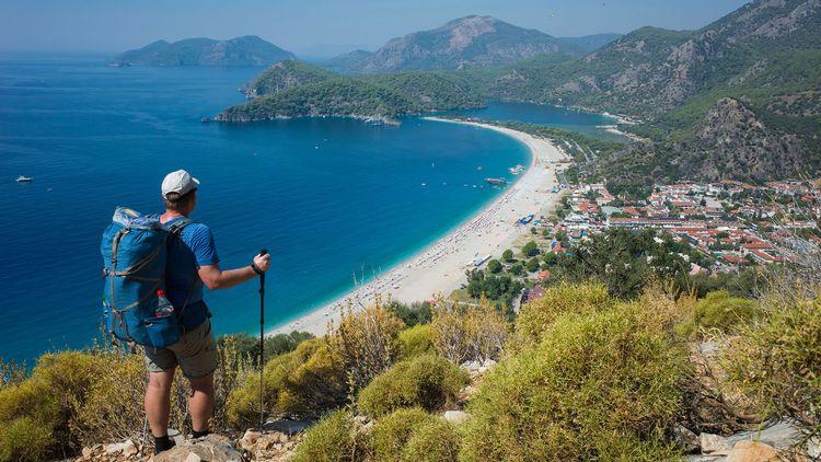 Hiking on Lycian way trail © art of line/Shutterstock