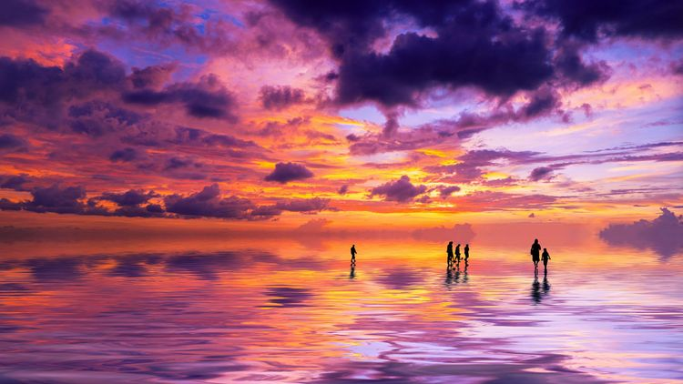 Silhouettes of people at sunset on the beach of Kuta, Bali, Indonesia © Netfalls Remy Musser/Shutterstock