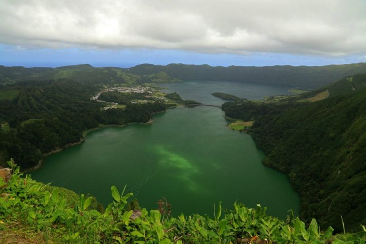 lagoa-das-sete-cidades-sao-miguel-island-azores-portugal-shutterstock_1289074978