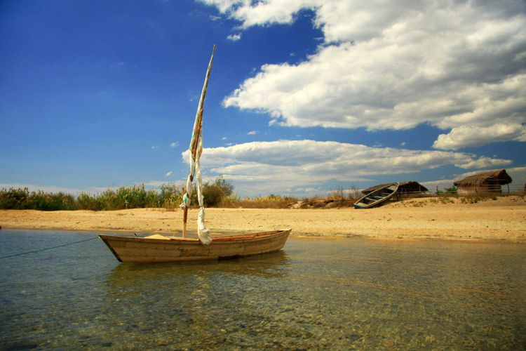 Small fishing boat moored in the shallows of lake Malawi at Cobue © Karl Beeney/Shutterstock