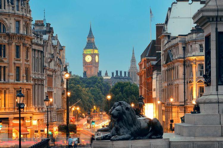 Street view of Trafalgar Square at night in London