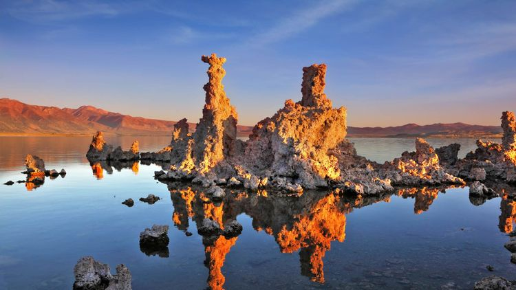 The magic of Mono Lake. Outliers - bizarre calcareous tufa formation on the smooth water of the lake © kavram/Shutterstock