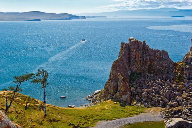 Rock Shamanka on island Olkhon, lake Baikal © gans33/Shutterstock