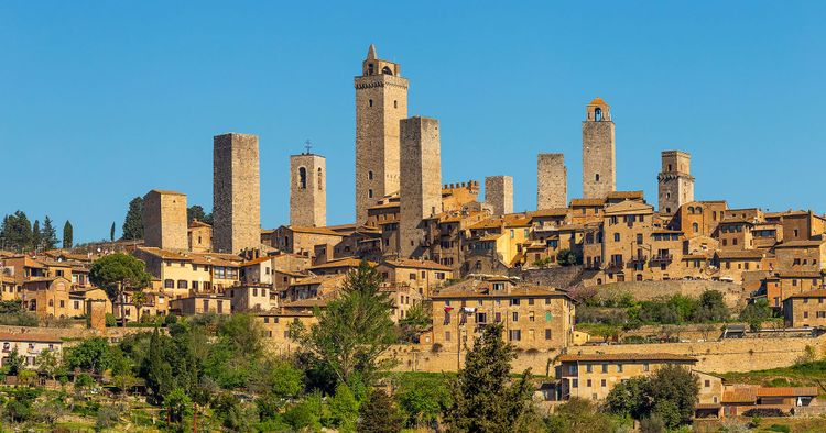 City postcard view and towers of San Gimignano, small medieval town in Tuscany, Italy © Vaflya/Shutterstock