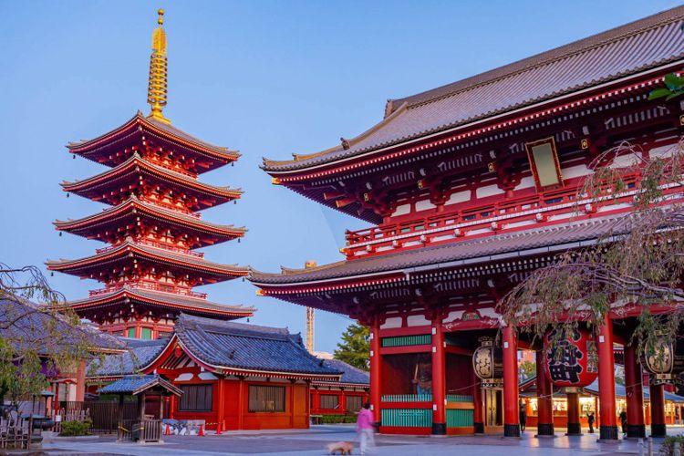 Gateway to Asakusa Temple in Japan © FOTOGRIN/Shutterstock