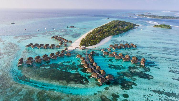 Aerial view of Maldives resort © Siraphob Werakijpanich/Shuterstock
