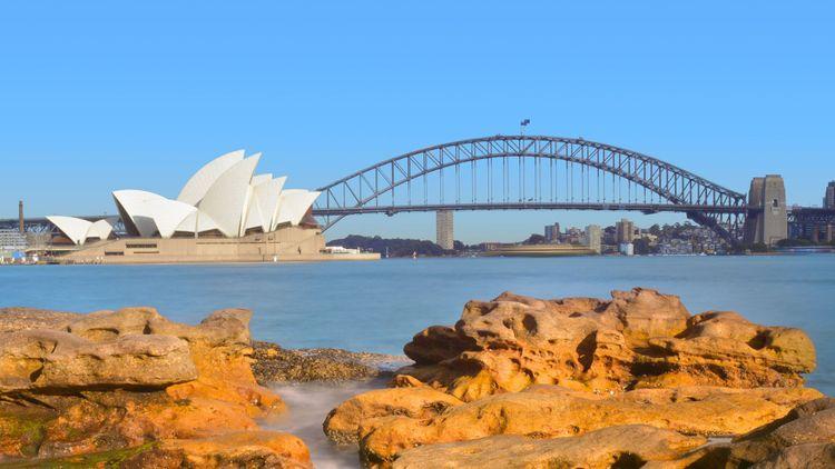 Sydney Harbor bridge and the Opera House in Sydney © ChameleonsEye/Shutterstock