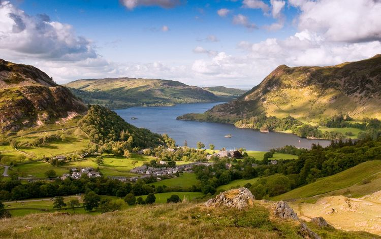 Ullswater lake curves through the mountains of the English Lake District at Glenridding © Joe Dunckley/Shutterstock