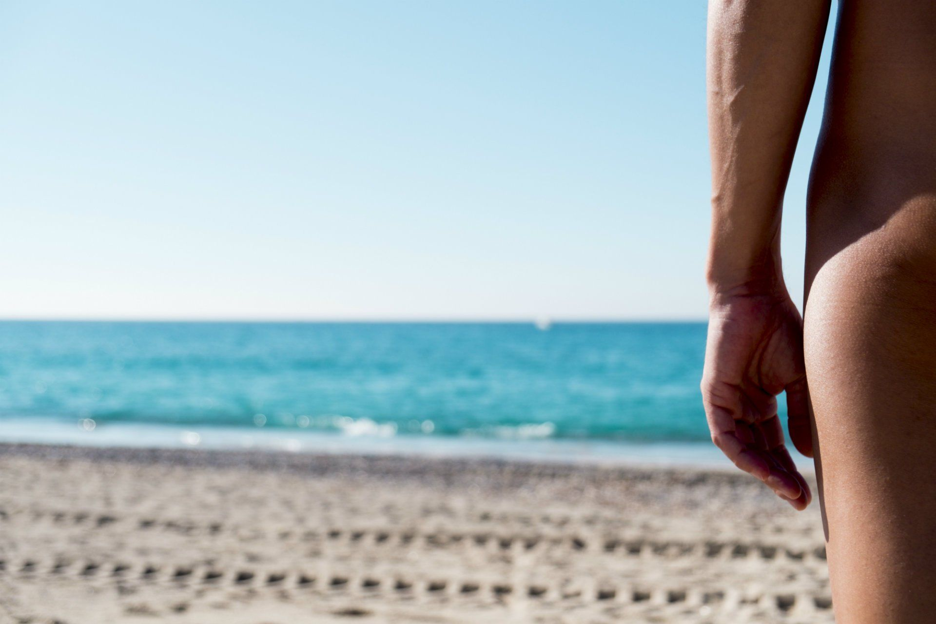 nudiste-homme-plage-océan-shutterstock_509266600