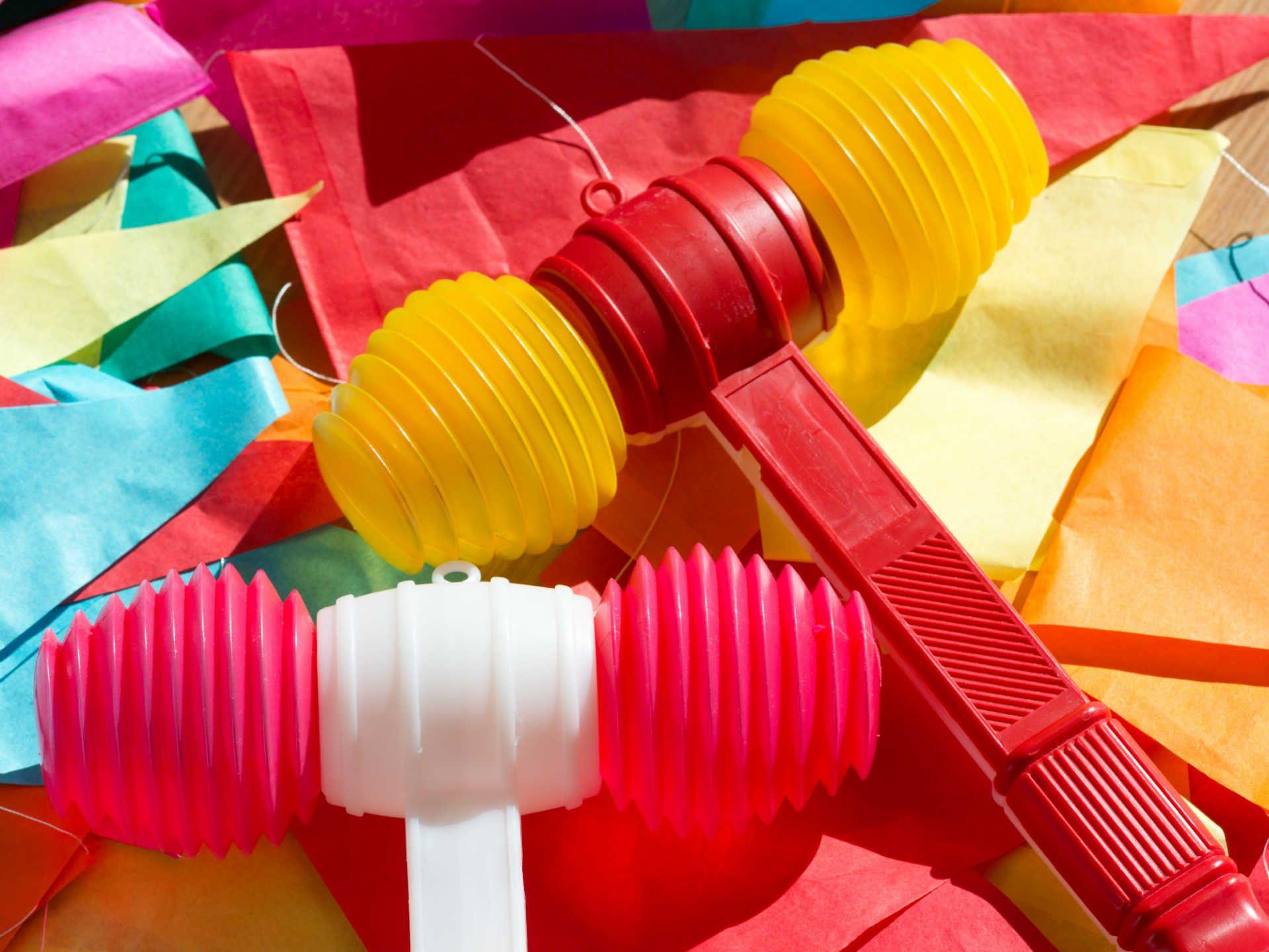 marteau-jouet-en-plastique-porto-portugal-shutterstock_1113511775